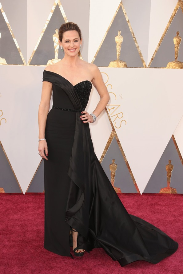 jennifer-garner-oscars-red-carpet-2016 in Versace